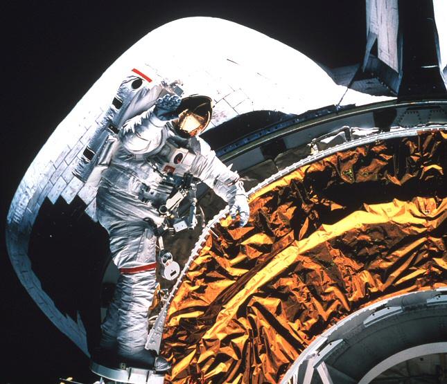 Un cosmonaute habillé en blanc